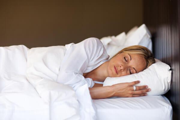 TE.AM Apotheken Beruhigung und Schlaf Frau im Bett